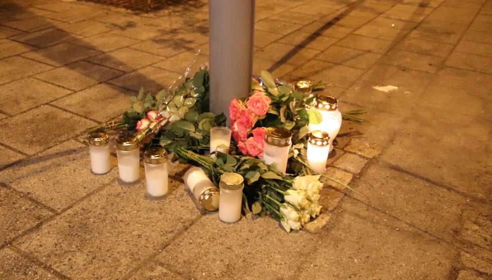 LYS OG BLOMSTER: Utenfor Nav-kontoret på Danmarks plass i Bergen sentrum var det lagt ned lys og blomster mandag kveld. Foto: Stian Drake / Dagbladet