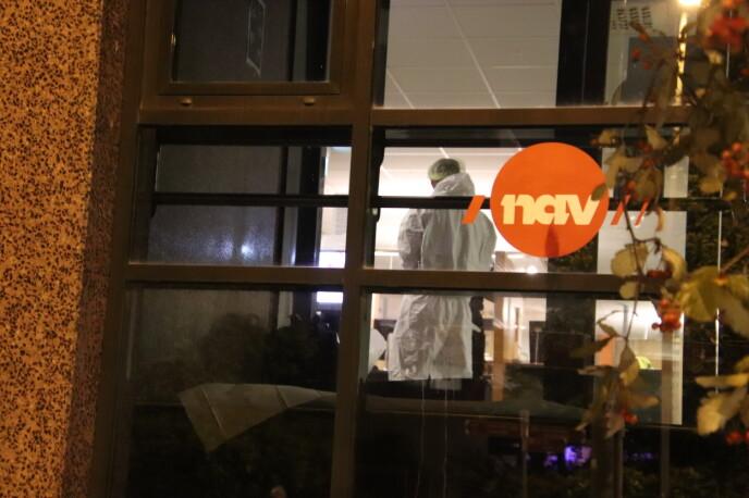 NAV-KONTORET: Politiet jobber på stedet mandag kveld. Foto: Stian Drake / Dagbladet