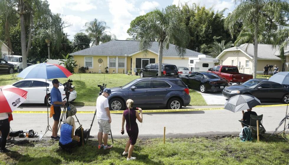 UNDERSØKELSER: FBI gjorde mandag undersøkelser av huset til Brian Laundrie i Florida. Ved eiendommen er et stort presseoppbud. Foto: Octavio Jones / Getty Images / AFP