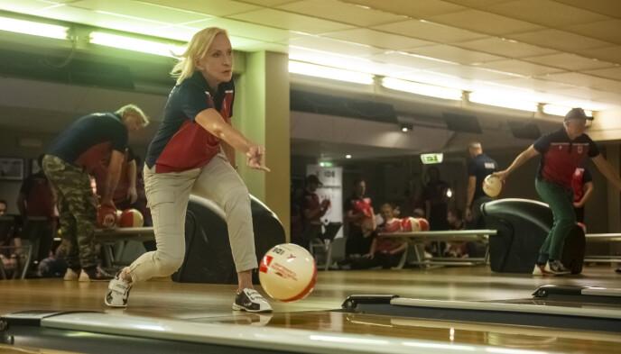 I FARTA: Karen-Marie Ellefsen slenger av gårde kula under turneringen «Bowling Celebrity Invitational». Foto: Annika Byrde / NTB