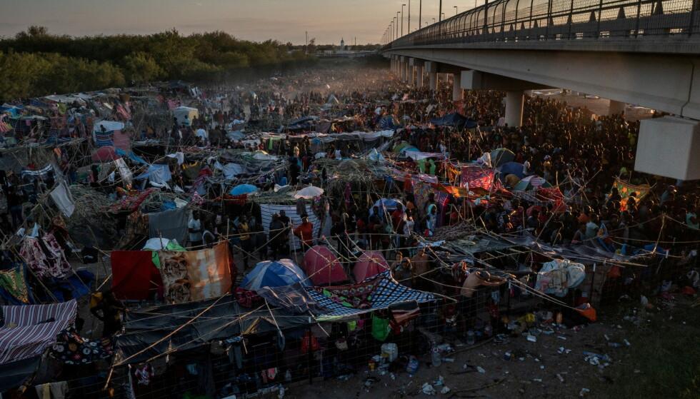 LEIR: Nær 14 000 mennesker skal lørdag ha oppholdt seg i denne midlertidige leiren under Del Rio International Bridge. Foto: Adrees Latif / Reuters / NTB