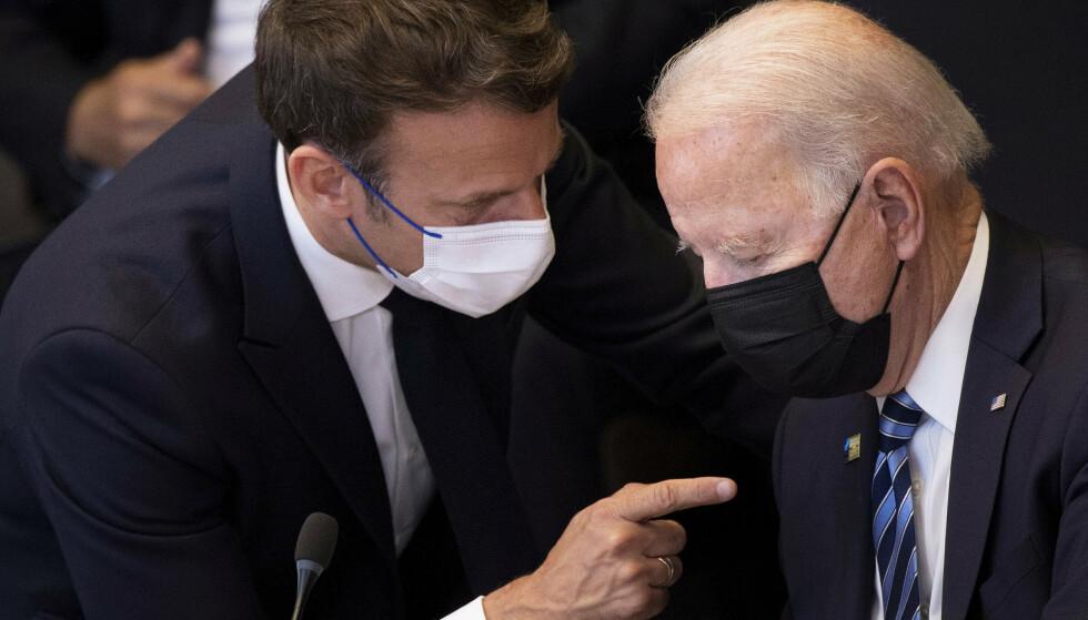 EN PEKEFINGER: Nato-toppmøtet i juni, Emmanuel Macron retter en pekefinger mot Joe Biden. Nå er han dolket i ryggen. Foto: AP / NTB