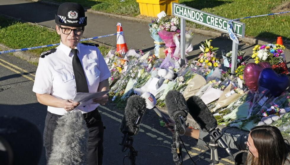 EN PÅGREPET: Mandag holdt politiet pressekonferanse nært huset hvor de omkomne ble funnet, hvor de opplyste at en person er pågrepet i forbindelse med drapene. Foto: PA