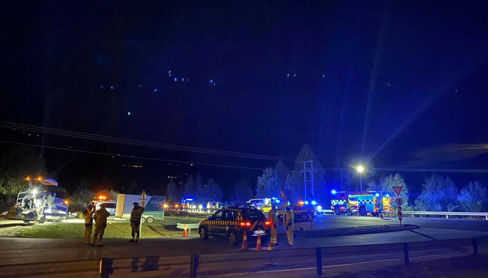 DRAMATISK: Det var på riksvei 7 i Ål at en trafikkdirigent ble påkjørt mandag kveld. Han døde av skadene. Foto: NTB
