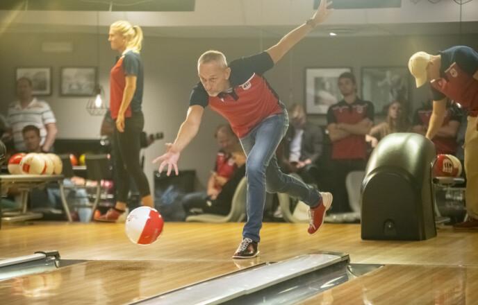 STILLER INN SIKTET: Lars Bohinen holder stilen under turneringen «Bowling Celebrity Invitational» på Veitvet i Oslo. Foto: Annika Byrde / NTB