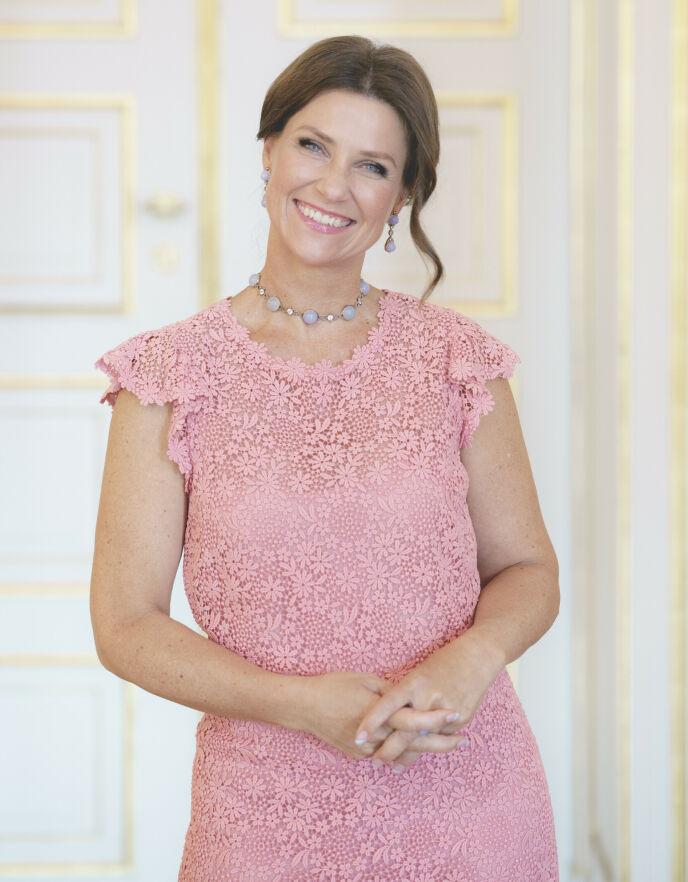 STRÅLER: Prinsesse Märtha Louise stilte opp til fotografering på slottet i forbindelse med 50-årsdagen. Foto: Stian Lysberg Solum / NTB