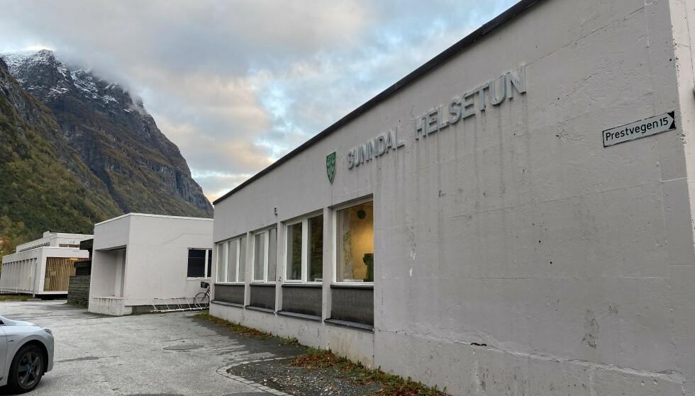 ALVORLIG HENDELSE: En mann døde forrige onsdag på Molde sjukehus. Her er Sunndal helsetun, der mannen bodde, avbildet. Foto: Tommy Fossum / Driva