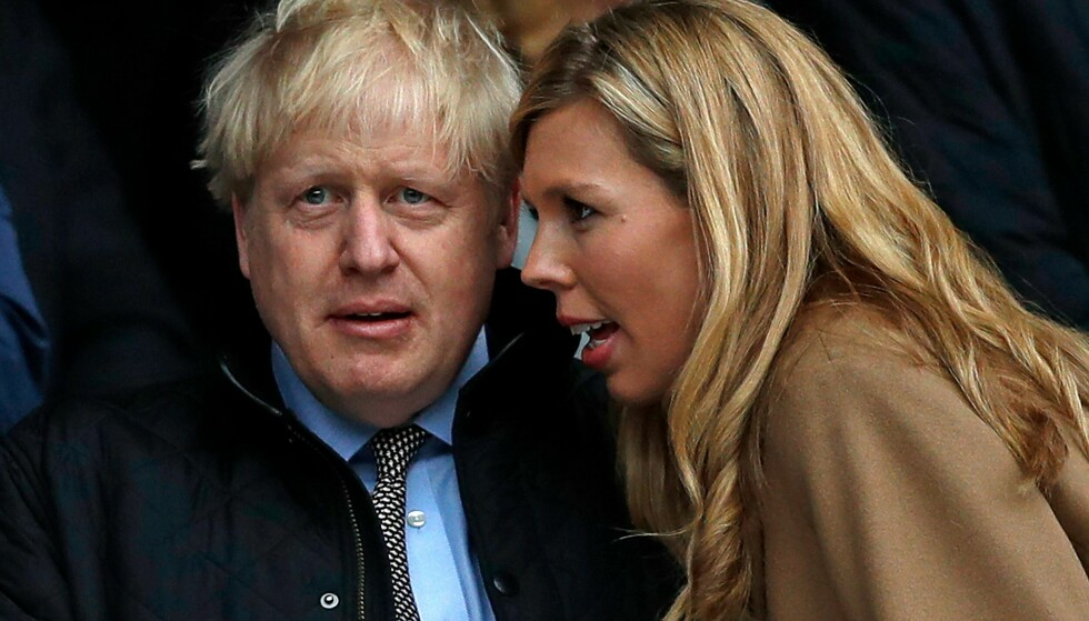 FAR: Boris Johnson sammen med kona Carrie Johnson på en rugbykamp i juli. Foto: NTB