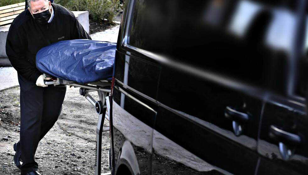 ÅSTEDET: Her fraktes en båre ut av leiligheten og inn i en sort bil på åstedet i Kolbotn. Foto: Lars Eivind Bones / Dagbladet