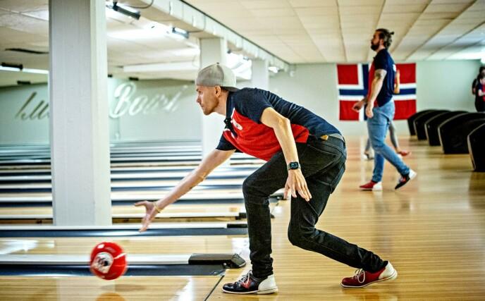 SIKTER INN: Bjørn Einar Romøren sender av gårde ei bowlingkule på Veitvet i Oslo. Foto: Nina Hansen