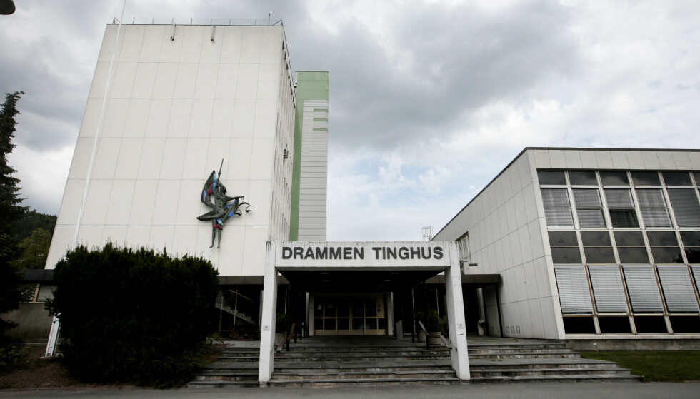 TILTALT: En tidligere realitydeltaker møter torsdag i Drammen tinghus. Tiltalte erkjenner straffskyld i en voldssak. Foto: Lise Åserud / NTB