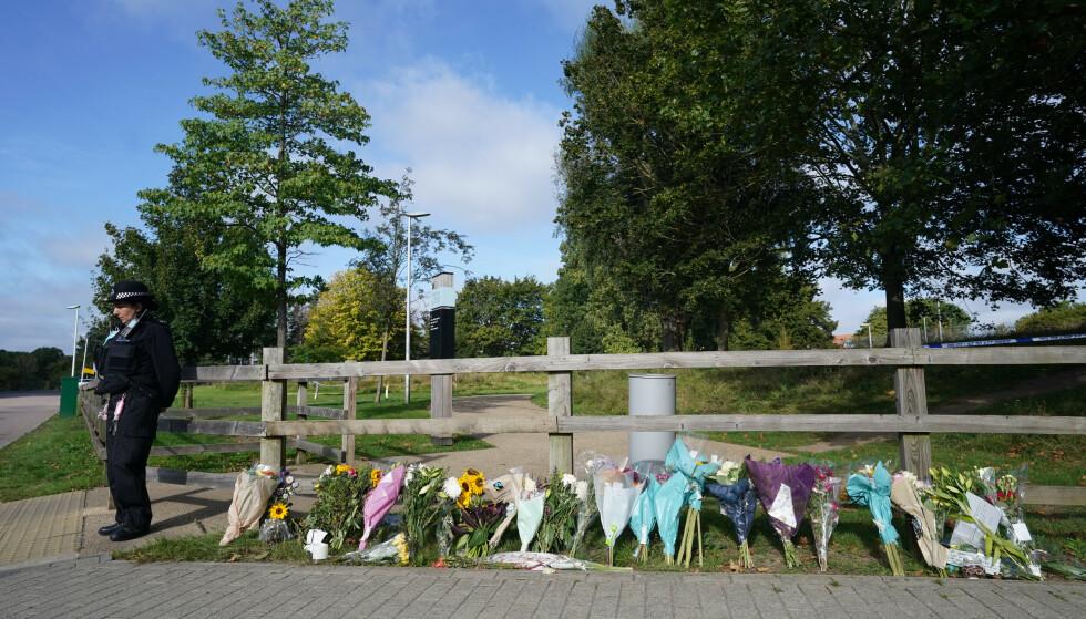 BLOMSTER: Blomster i Cator Park der læreren ble funnet død. Foto: Ian West /PA /NTB