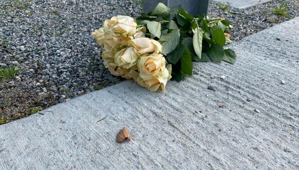 OMTANKE: Noen har lagt ned blomster utenfor åstedet. Foto: Maja Walberg Klev/Dagbladet