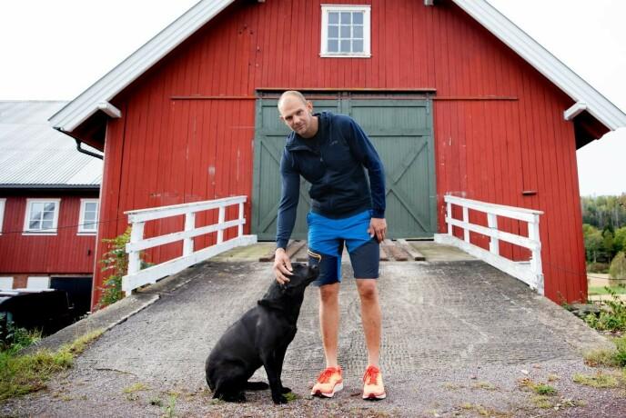 TRAVEL: Olaf Tufte har nok å gjøre på gården. Her sammen med hunden Sera. Foto: Kristin Svorte