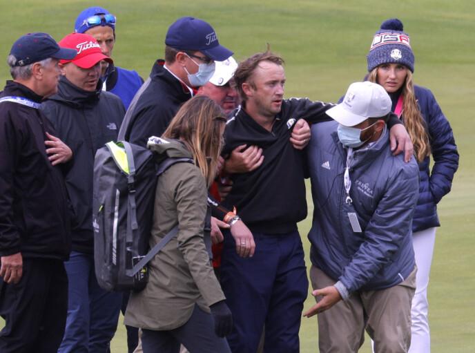 FRAKTET VEKK: Tom Felton ble fraktet vekk fra golfbanen etter kollaps. Foto: Mike Segar / Reuters / NTB