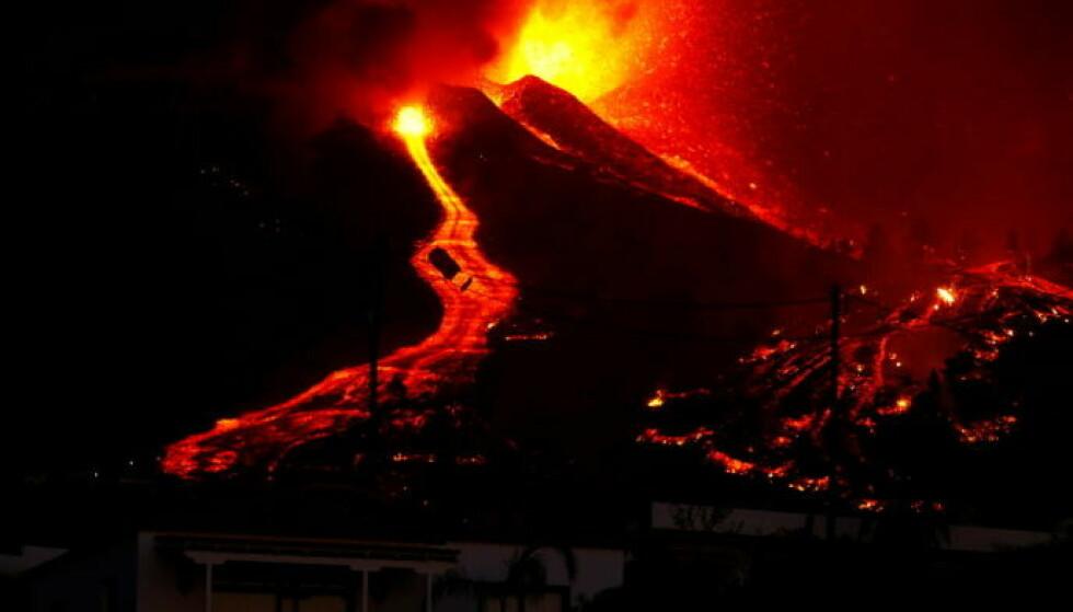 UTROLIGE BILDER: Natt til mandag ble det tatt ekstraordinære bilder av vulkanutbruddet på La Palma. Foto: Borja Suarez / Reuters / NTB