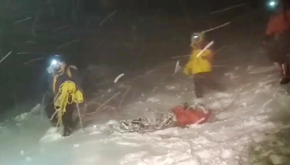 FEM DØDE: 19 fjellklatrere ble torsdag hentet ned fra Elbrus av redningsmannskaper under det som beskrives som svært vanskelige forhold. Fem av dem omkom. Foto: Reuters / NTB