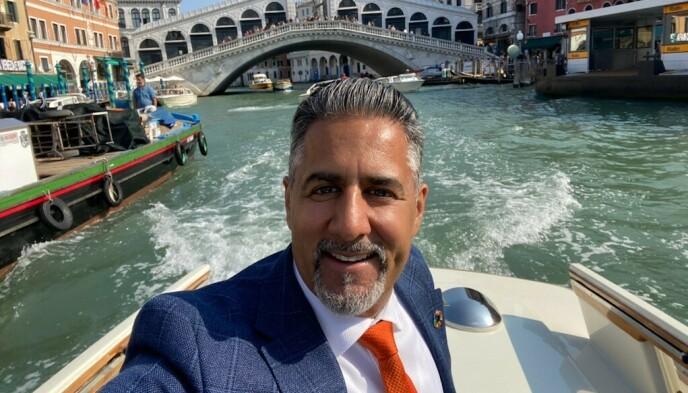 EN GLEDENS DAG: Fra Venezia kan kulturminister Abid Raja (V) bringe det glade budskap om at kulturlivet kan gå tilbake til normalen fra neste uke. Raja er på jobb i Italia hvor han blant annet har åpnet et arkitektur- og bærekraftsseminar på universitetet i byen. Foto: Privat.