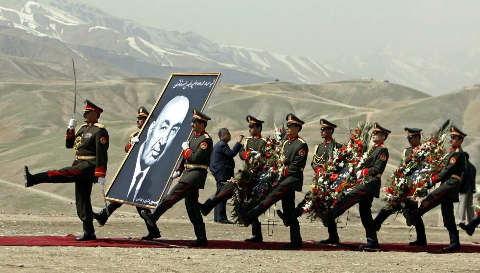 SOVJETISKE SIGARETTER: Afghanistans tidligere president Mohammed Daud Khan sa en gang at han var lykkeligst når han kunne tenne sine amerikanske sigaretter med sovjetiske fyrstikker. Det oppsummerer ikke alt, men det sier noe om pragmatismen som oppstår når en nasjon lenge har vært skvist mellom motstridende aktører, skriver artikkelforfatteren. Her fra da Daud Khan ble begravet på nytt i 2009. Han ble skutt og kastet i en massegrav etter kuppet i 1978. Foto: Omar Sobhani / Reuters