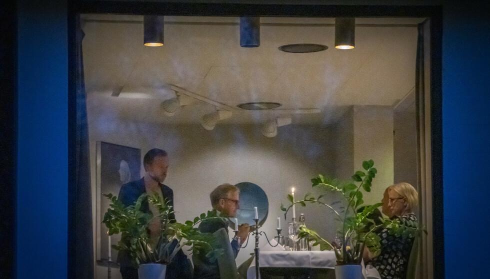 «KREVENDE»: Sonderingene omtales som «reelle og krevende» mellom Audun Lysbakken (SV), Jonas Gahr Støre (Ap), Marit Arnstad (Sp) og Trygve Slagsvold Vedum (Sp) (delvis skjult). Her tar de en matpause. Foto: Ole Berg-Rusten / NTB