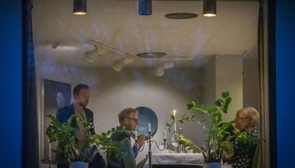 «REELLE OG KREVENDE»: Dagbladet får beskrevet sonderingene som «reelle og krevende». Her spiser Audun Lysbakken (SV), Jonas Gahr Støre (Ap), Marit Arnstad (Sp) og Trygve Slagsvold Vedum (Sp) (delvis skjult) middag på Hurdalsjøen Hotell. Foto: Ole Berg-Rusten / NTB