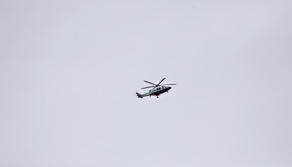 SØKER: Politiet bruker helikopter i søk etter en mulig gjerningsperson. Foto: Nina Hansen / Dagbladet