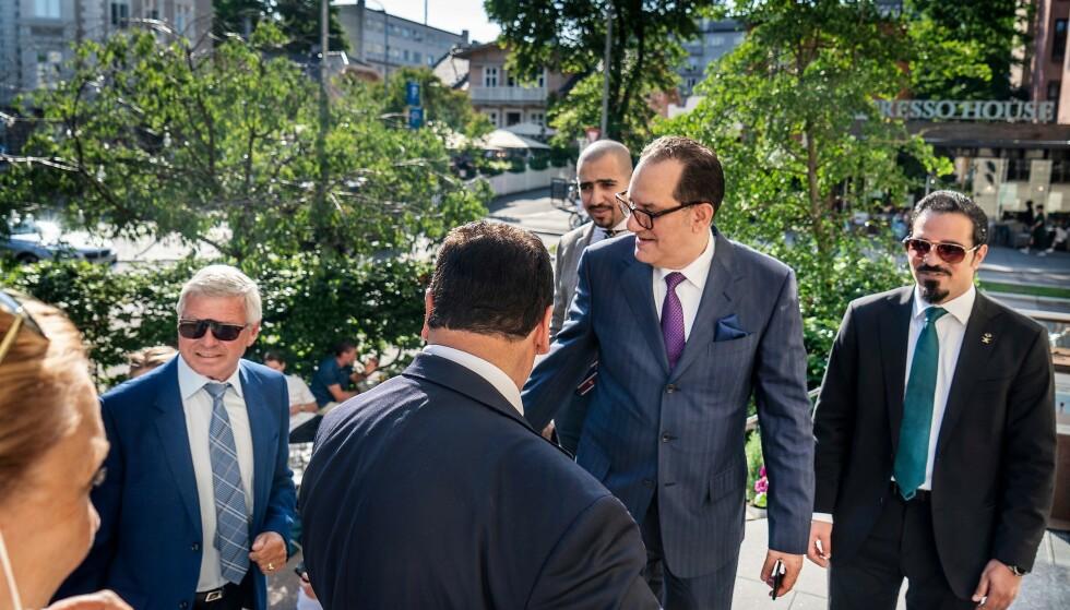 KONFERANSE: Kjell Magne Bondevik, Aamir Sheikh (med ryggen til) og den saudiarabiske diplomaten Majid Alharazi (med lilla slips) på vei inn på Muslim World League-sponset konferanse i Oslo i fjor. Foto: Hans Arne Vedlog