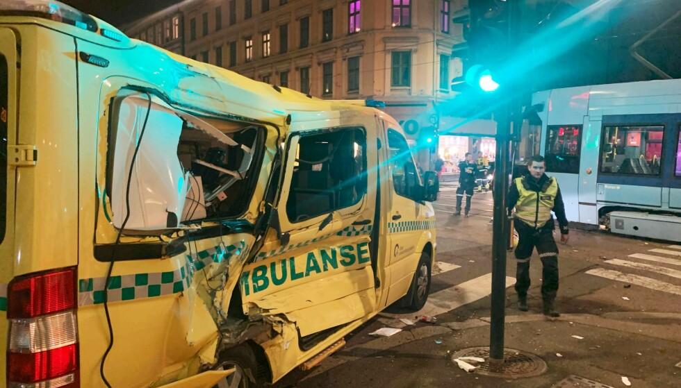 STORE SKADER: Slik ser ambulansen ut etter kollisjonen. Foto: Eugene Brandal Laran / Dagbladet