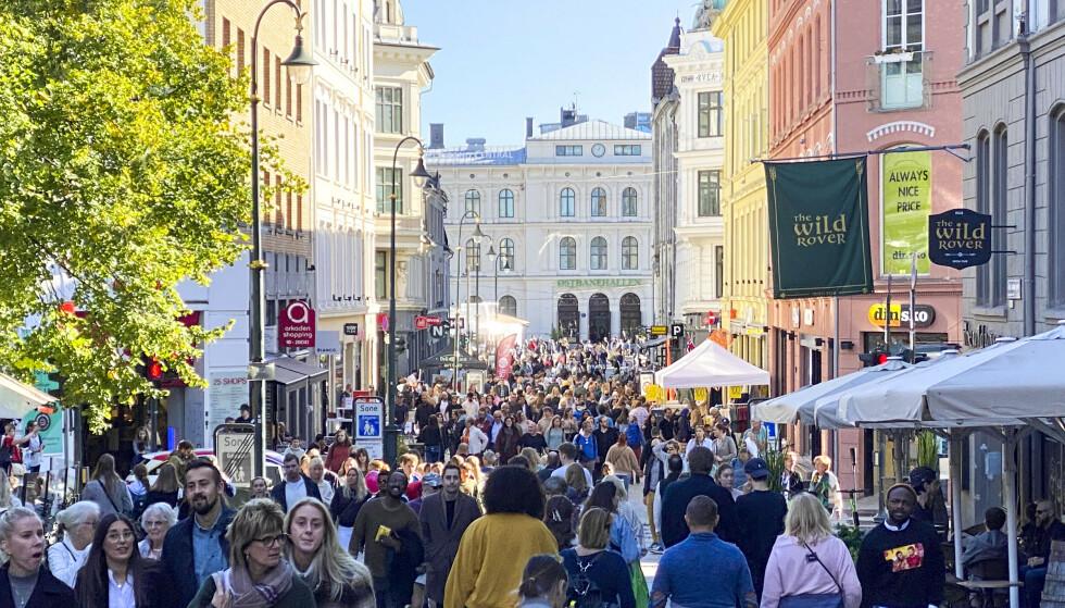 ÅPNINGSLØRDAG: Karl Johans gate i Oslo var full av folk lørdag ettermiddag, bare noe timer før coronarestriksjonene heves. Foto: Marianne Løvland / NTB