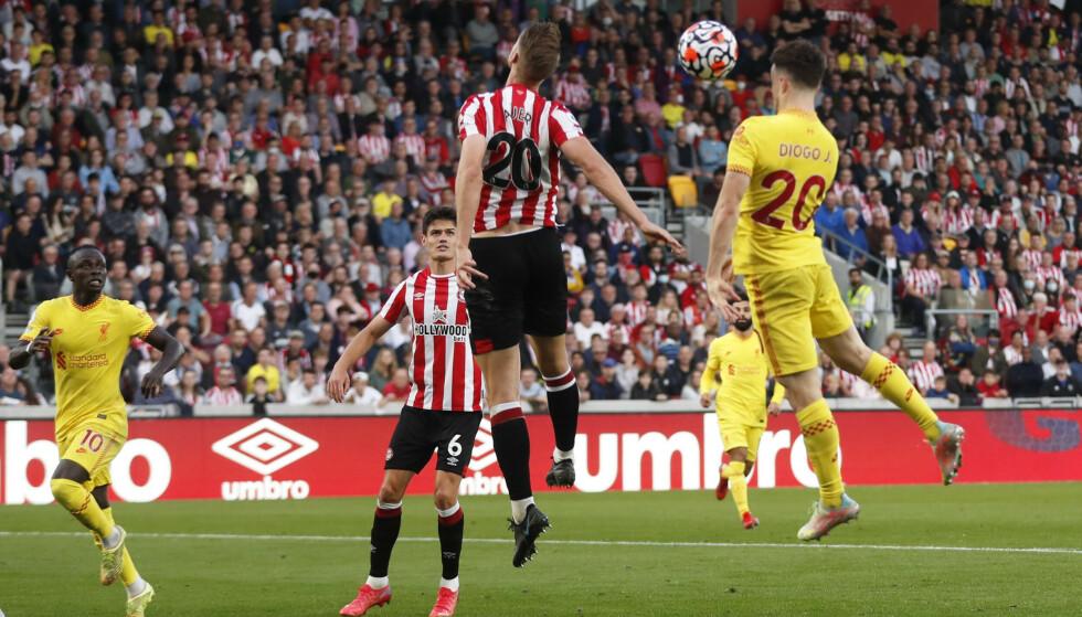 NEDTUR: Ingen god involvering fra norske Ajer på Liverpools første mål. Foto: Matthew Childs/Reuters
