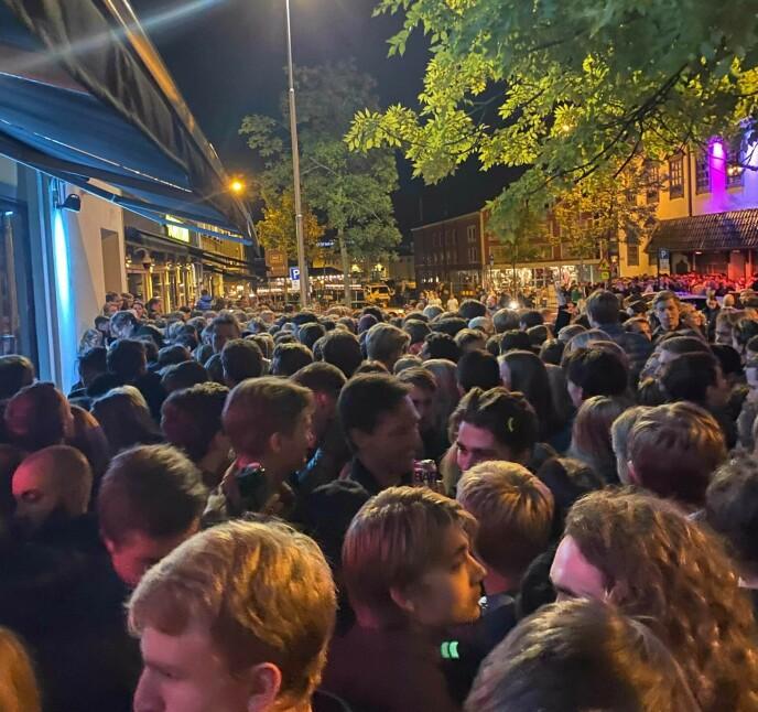 TRANGT: Folk står tett i tett utenfor utestedene i Trondheim sentrum. Foto: Mona Storvik.