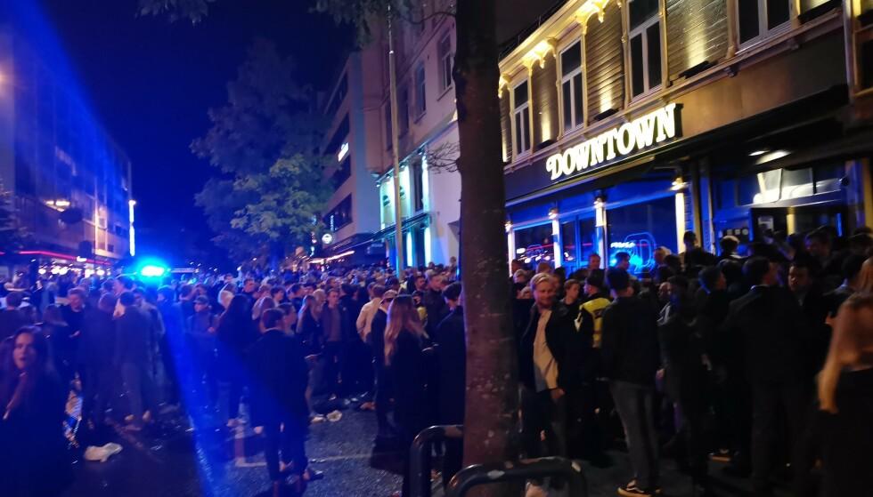 BESVIMER: I Trondheim har det kommet flere meldinger om personer som har besvimt i køene til utestedene. Alle tilgjengelige politipatruljer er lørdag til stede i sentrum. Foto: Joakim Halvorsen