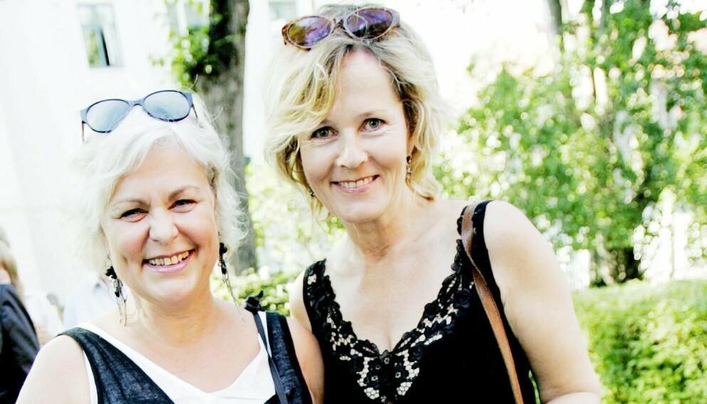HEDRER KOLLEGA: Ellen Horn (t.v.) minnes skuespiller Kjersti Holmen som en «unik kunstner». Her fra Aschehougs hagefest i 2007. Foto: Stian Lysberg Solum / NTB