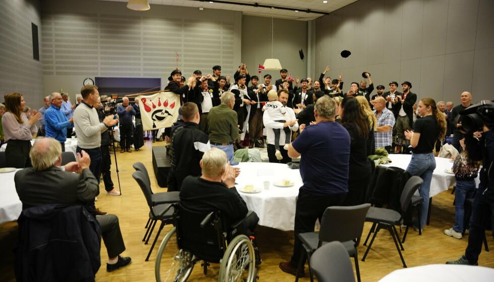 GOD STEMNING: RBK-familien var samlet på Lerkendal før kampen for å feire Nils Arne Eggen. Foto: Ole Martin Wold / NTB