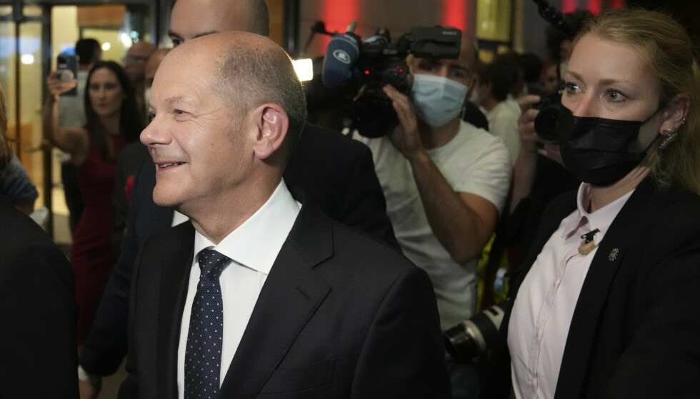 VALGDAG: Olaf Scholz smilende på sosialdemokratenes fest, under valgkvelden søndag. Foto: AP / NTB