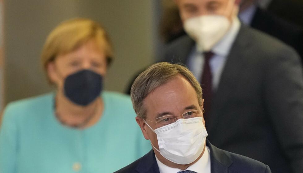 VALGDAG: Angela Merkel (bak) og Armin Laschet i Berlin, søndag kveld. Foto: AP / NTB