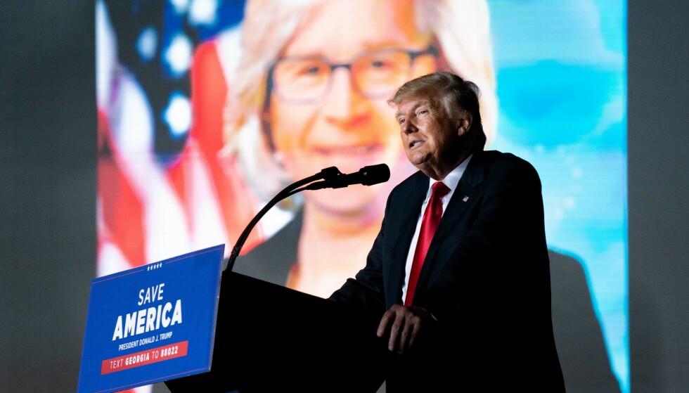 MANIPULERT: Tidligere president Donald Trump viste lørdag fram et manipulert bilde (i bakgrunnen) som kombinerer kongressrepresentant Liz Cheney og tidligere president George W. Bush som én og samme person. Foto: Sean Rayford/Getty Images/AFP