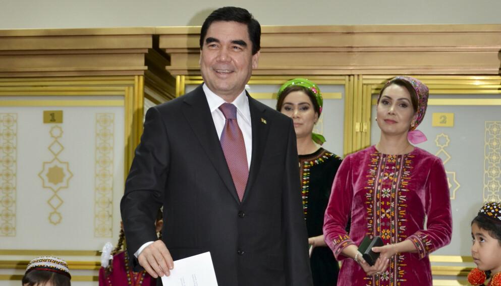 NEKTER Å INNRØMME SMITTE: Gurbanguly Berdimuhamedov har vært fungerende president i Turkmenistan siden 2006. Bildet er tatt i 2017 fra et valglokale i Ashgabat. Foto: AP / Alexander Vershinin