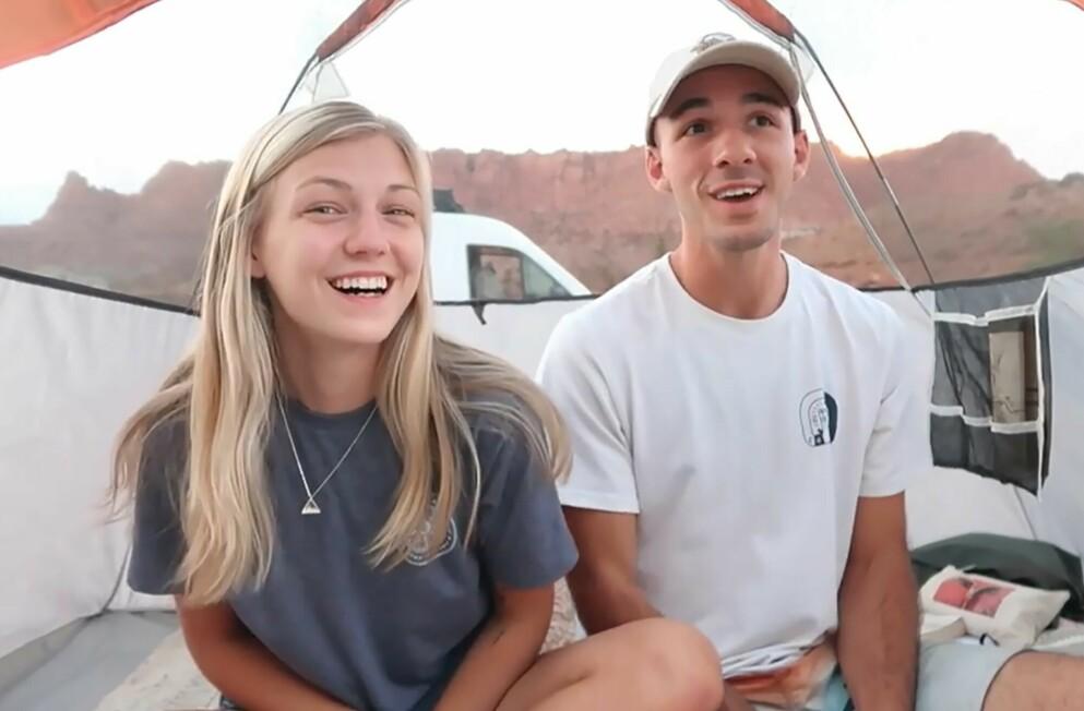 BRÅ SLUTT: Gabby Petito og Brian Laundrie smiler under USA-reisen sin i sommer. Foto: Gabby Petito/YouTube