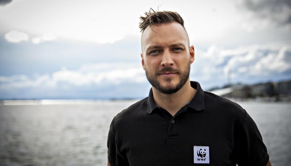 TRÅLFRIE SONER: Fredrik Myhre i WWF viser til forskerne som mener Oslofjorden trenger større trålfrie soner. Foto: Geir Barstein / WWF Verdens naturfond