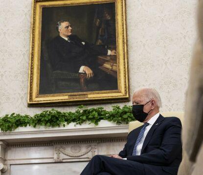 «NY» ROOSEVELT: Biden forsøker å bli en ny Franklin Roosevelt, ifølge USA-ekspert Mjelde. Her Biden under et bilde av Roosevelt i Det ovale kontor. Foto: AFP / NTB