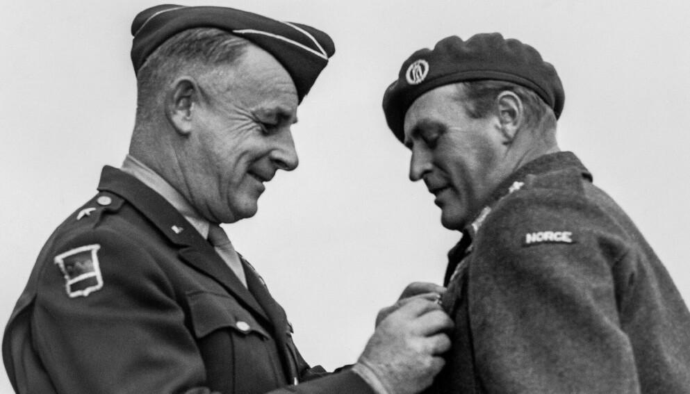 DEKORERT: Her dekorerer brigadegeneral Owen Summers jr. kronprins Olav med The Legion of Merit Chief Commander under en parade på Slottsplassen, 5. oktober 1945. Foto: Cappelen Damm