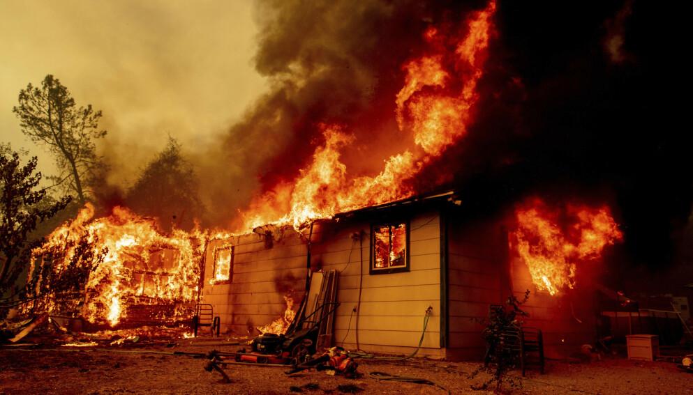 STORE ØDELEGGELSER: Dette huset i Shasta County er blant flere titalls som er blitt flamenes rov i skogbrannen «sjamanen» er siktet for å ha startet. Foto: Ethan Swope / AP / NTB