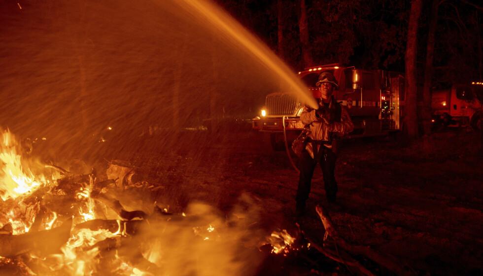 FLERE TUSEN: Flere tusen bygninger trues av skogbrannen. Foto: Ethan Swope / AP / NTB