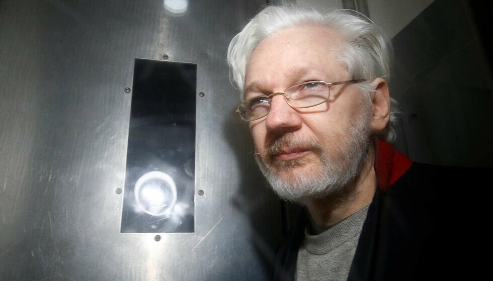 LONDON: WikiLeaks-grunnlegger Julian Assange forlater retten i London, 13. januar 2020. Foto: REUTERS/Henry Nicholls