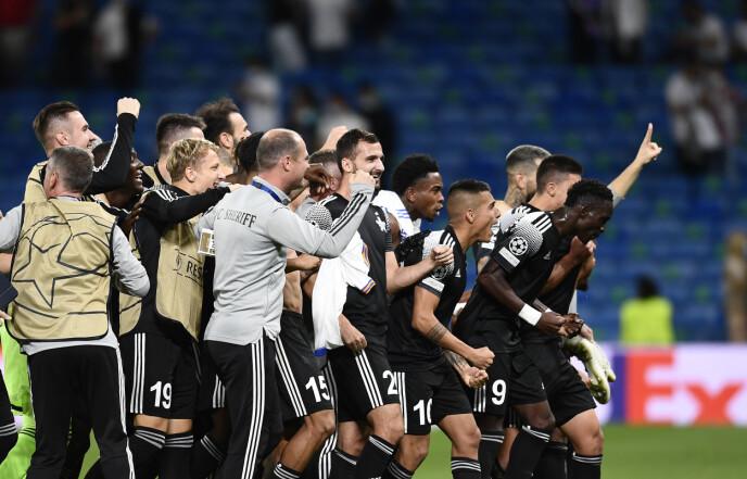 VILLE JUBELSCENER: Spillerne feirer etter at de sikret tre poeng borte mot Real Madrid. Foto: NTB