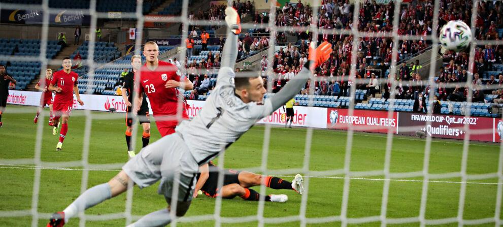 20210901 Ullevaal stadion: VM-kvalifisering Norge - Nederland 1-1 Erling Braut Haaland  setter balle n i stolpen bak keeper Justin Bijlow. Foto: Bjrn Langsem / Dagbladet