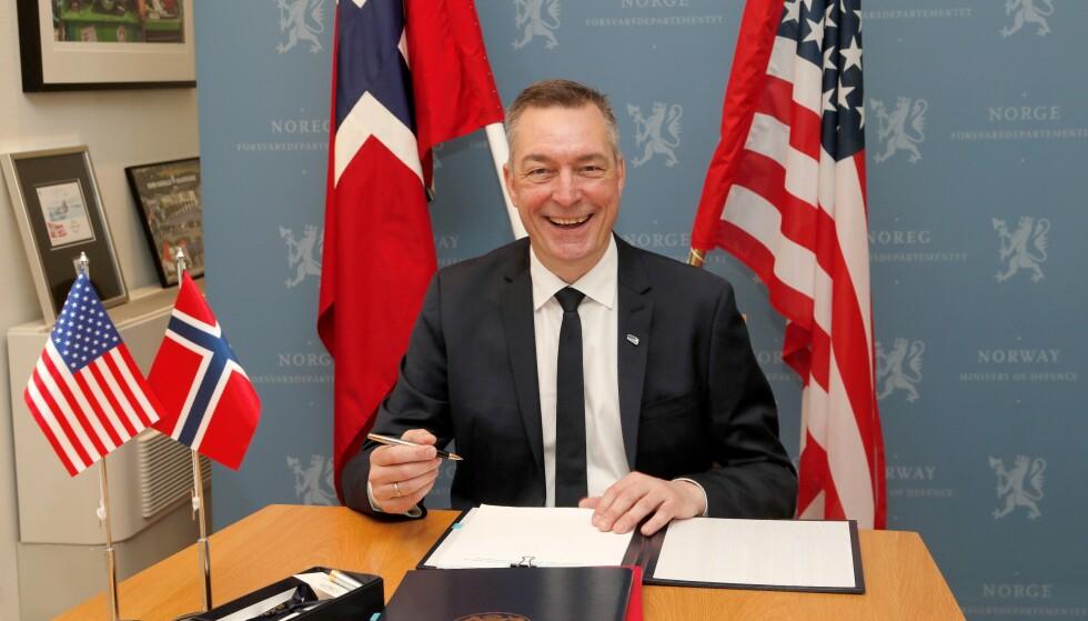 FÅR SLAKT: Den nye militæravtalen mellom Norge og USA har fått krass kritikk. Nå innrømmer Forsvarsdepartementet selv at det kan være problematiske sider ved den. Her ved undertegnelsen i april. Foto: Torbjørn Kjosvold, Forsvaret