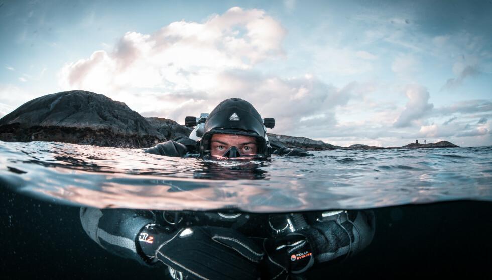 UTFORSKE: To unge vennepar selger alt de eier og opplever Norge under vann i et år. De møter hai og hval på kloss hold, går på grunn med seilbåten og tøyer mange grenser. Foto: Lars Korvold.