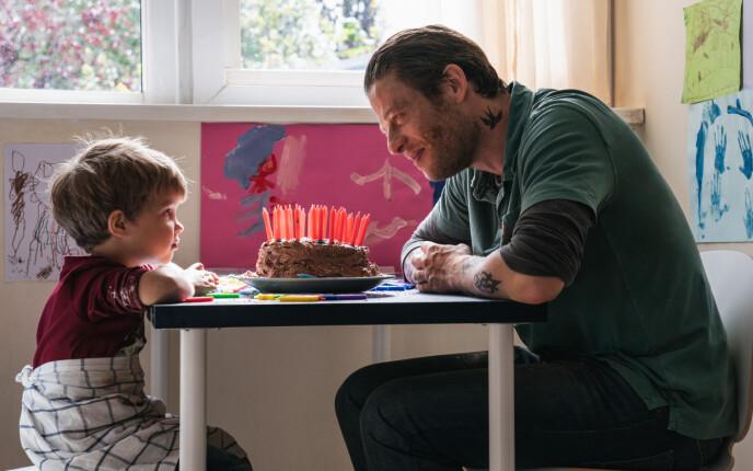 FAR-SØNN: Det er nok av vanskelige valg som skal tas i hverdager der sønnen ikke skal oppdage hvor ille det står til med pappa. Foto: Norsk Filmdistribusjon